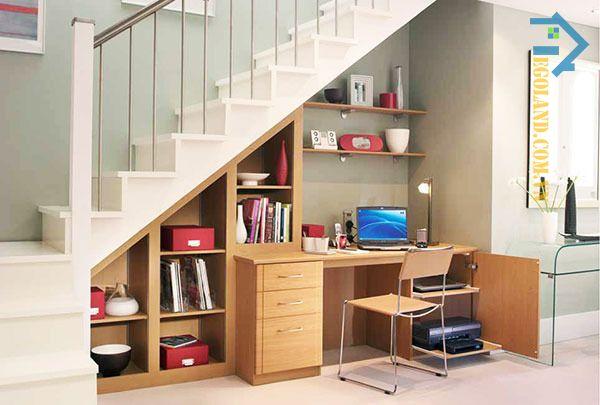 Mẫu tủ sách gầm cầu thang kết hợp bàn làm việc có tông màu nâu sáng hiện đại, đẳng cấp