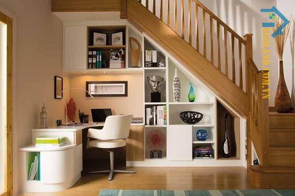 Mẫu tủ sách gầm cầu thang kết hợp với bàn làm việc có tông màu trắng làm chủ đạo