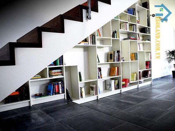 Mẫu tủ sách gầm cầu thang thiết kế đơn giản, tinh tế với tông màu trắng làm chủ đạo