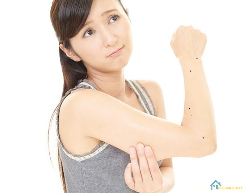 Nốt ruồi trên cánh tay trái nữ