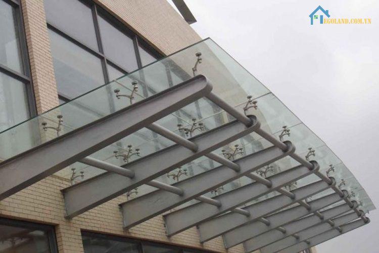 Mái lợp canopy tôn được đánh giá cao bởi có khả năng tạo hình uốn cong dễ dàng, chống chịu nước tốt và giá thành rẻ