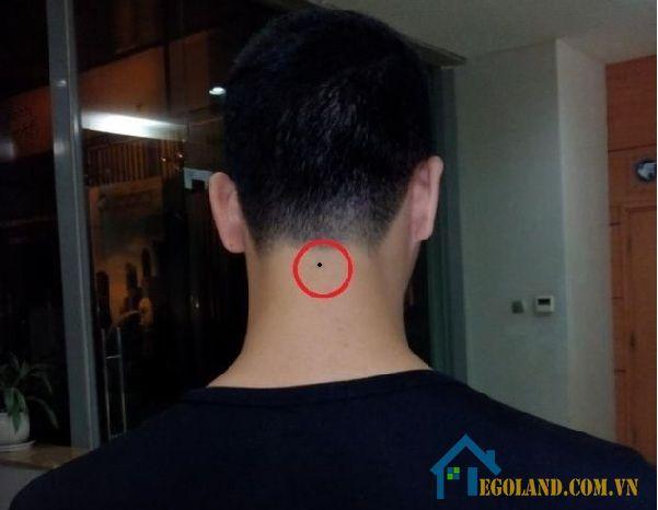 Nốt ruồi giữa gáy đàn ông