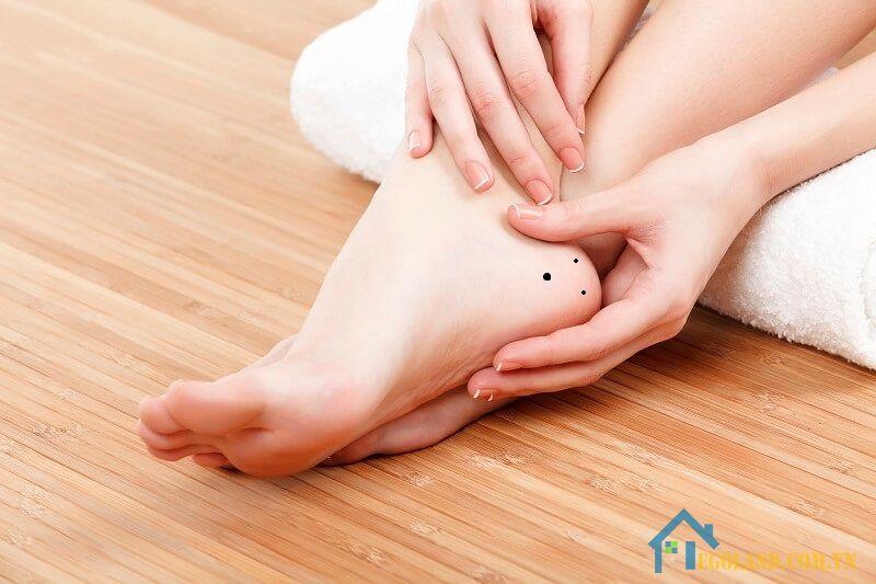 Nốt ruồi ở gót chân phải phụ nữ