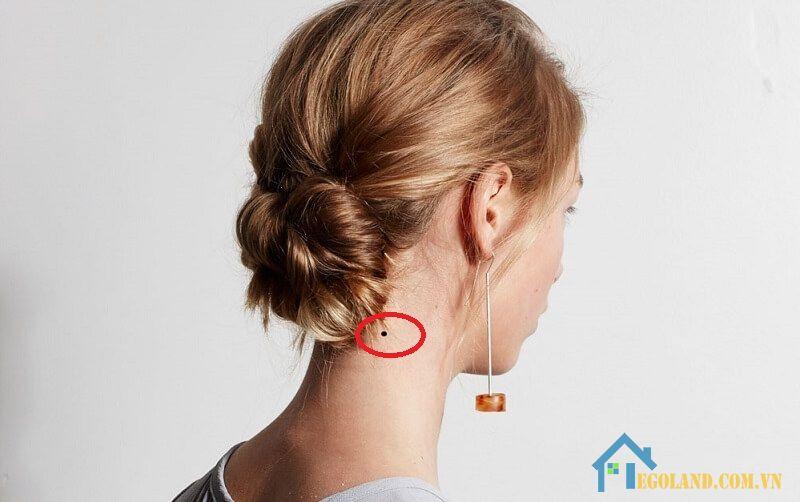 Nốt ruồi ở gáy bên phải phụ nữ
