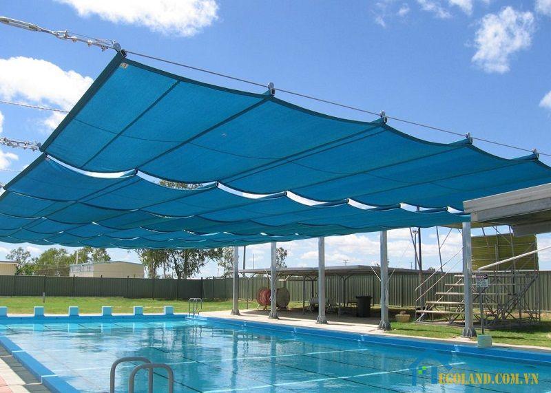Bạt sử dụng để che mưa nắng cho hồ bơi thường là chất liệu có độ dày cao để có thể chống chọi được với điều kiện mưa, nắng khắc nghiệt