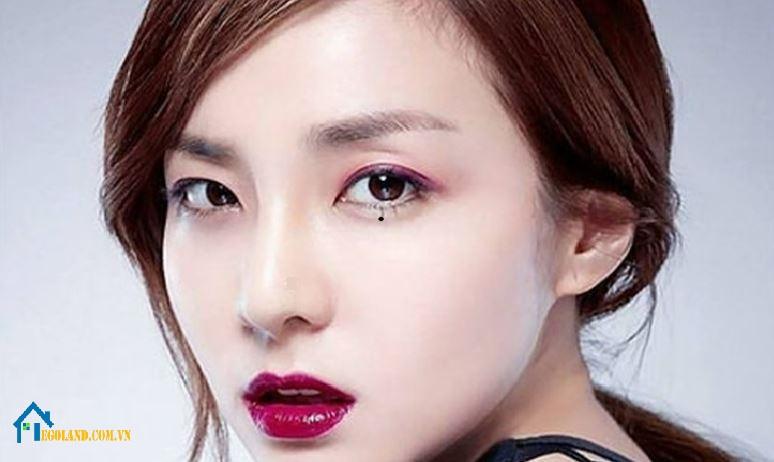 Nốt ruồi trên mí mắt dưới phụ nữ mang ý nghĩa gì?