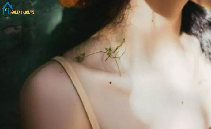 Giải mã ý nghĩa nốt ruồi ở xương đòn bên phải nữ