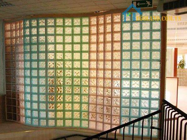 Gạch kính lấy sáng cầu thang có màu
